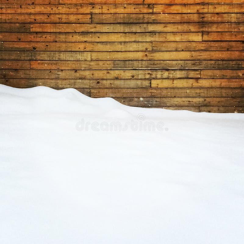 Lege die ruimte door sneeuw dichtbij een houten muur wordt behandeld royalty-vrije stock foto