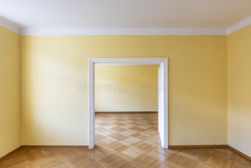Lege dinerende of dansende ruimte van een oud uitstekend huis met houten parket royalty-vrije stock foto