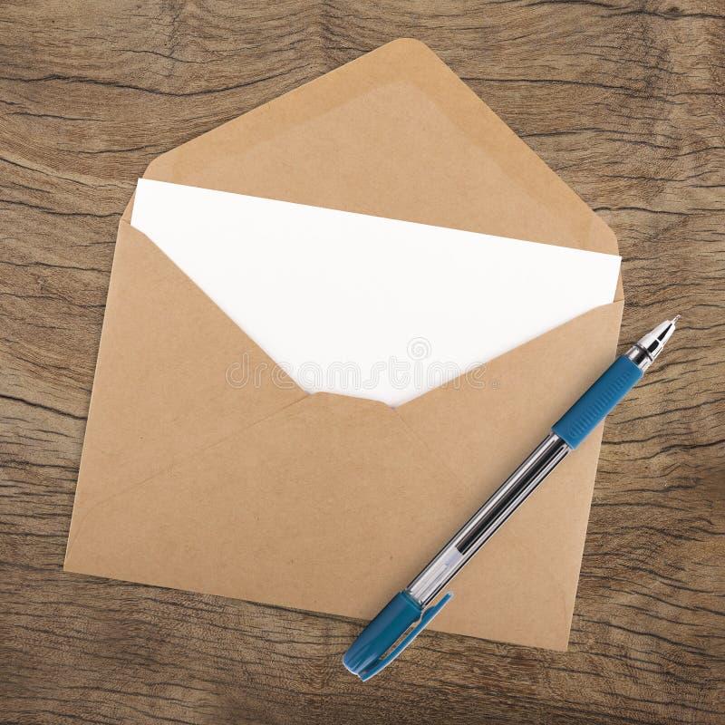 Lege document, envelop en pen royalty-vrije stock foto
