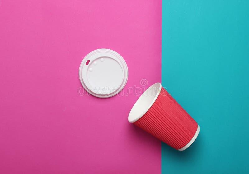 Lege document koffiekop op een blauwe roze achtergrond, hoogste mening, minimalism stock foto's