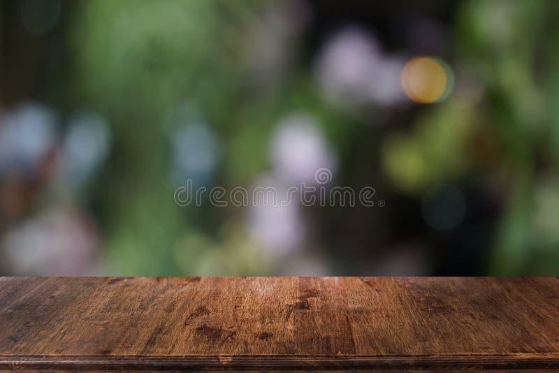 Lege donkere houten lijst voor samenvatting vage bokeh achtergrond van restaurant royalty-vrije stock fotografie