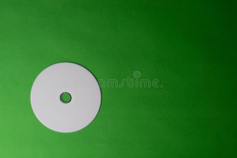 Lege DVD-CD schijf op kleurrijke achtergrond stock foto's