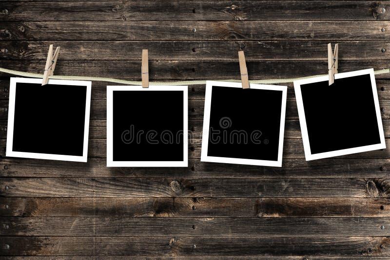 Lege foto's die op een drooglijn hangen royalty-vrije illustratie