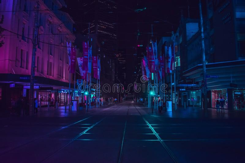 Lege futuristische straat bij nacht in een stedelijke stad stock foto's
