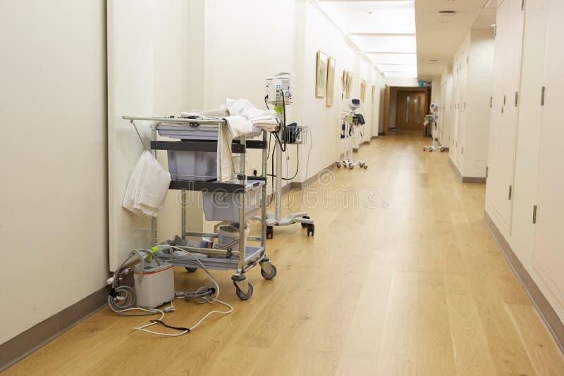 Lege Gang met Medische apparatuur in het Moderne Ziekenhuis royalty-vrije stock fotografie