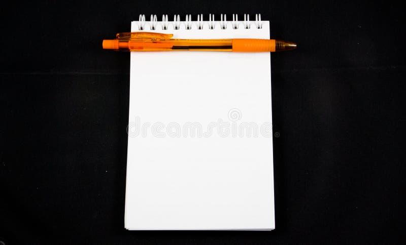 Lege geïsoleerd notadocument en pen stock afbeelding