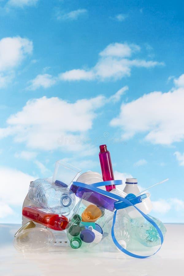 Lege gebruikte plastic verpakking en flessen voor recycling stock foto