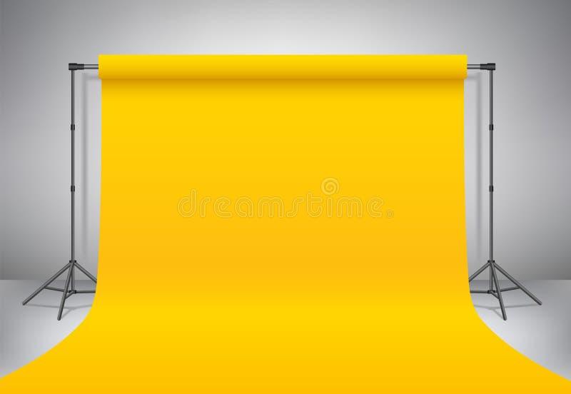 Lege gele fotostudio Realistische vectormalplaatjespot omhoog De driepoten van de achtergrondtribune met gele document achtergron stock illustratie