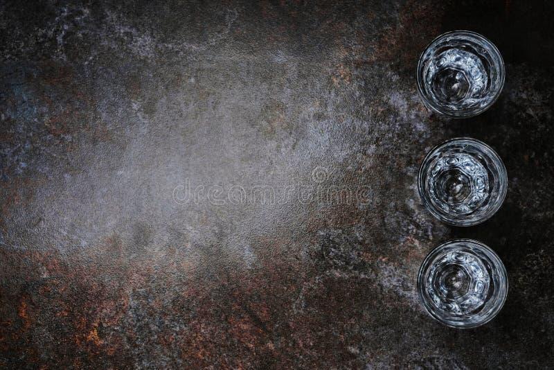 Lege geschotene glazen op bar tegen, hoogste mening, copyspace stock afbeelding