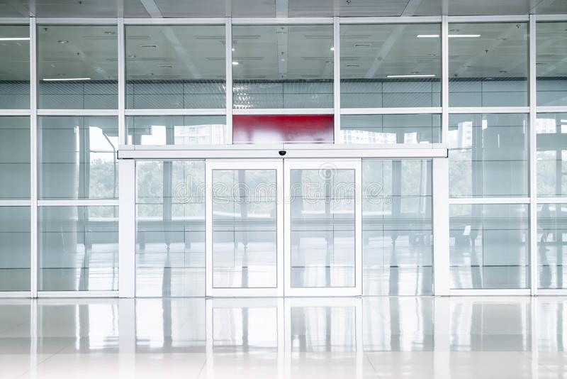 lege glasdeur in de bureaubouw stock fotografie