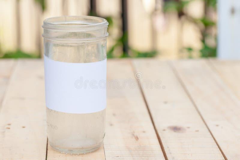 Lege glaskruik, besparingen en het financiële idee van het investeringsconcept stock fotografie