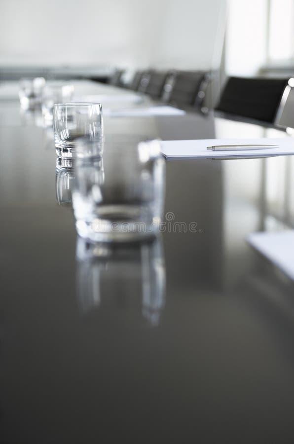 Lege Glazen op Conferentielijst royalty-vrije stock afbeelding
