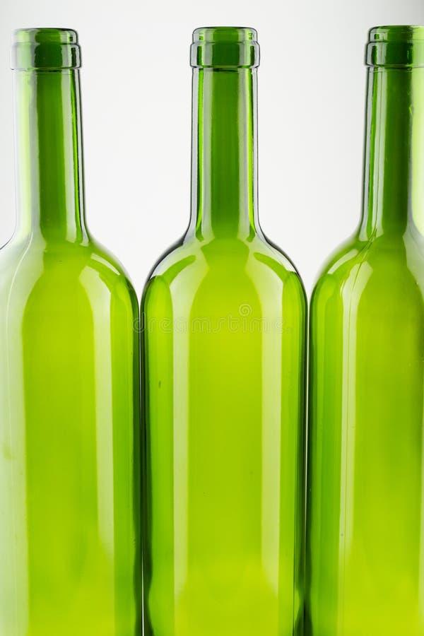 Lege groene wijnflessen die op wit worden geïsoleerdd stock afbeelding