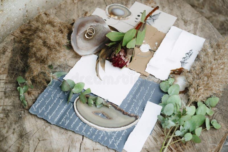 Lege groetkaart met kraftpapier-envelop Het concept van het huwelijk De hoogste vlakke mening, legt royalty-vrije stock foto's