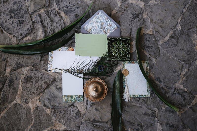 Lege groetkaart met kraftpapier-envelop Het concept van het huwelijk De hoogste vlakke mening, legt stock fotografie