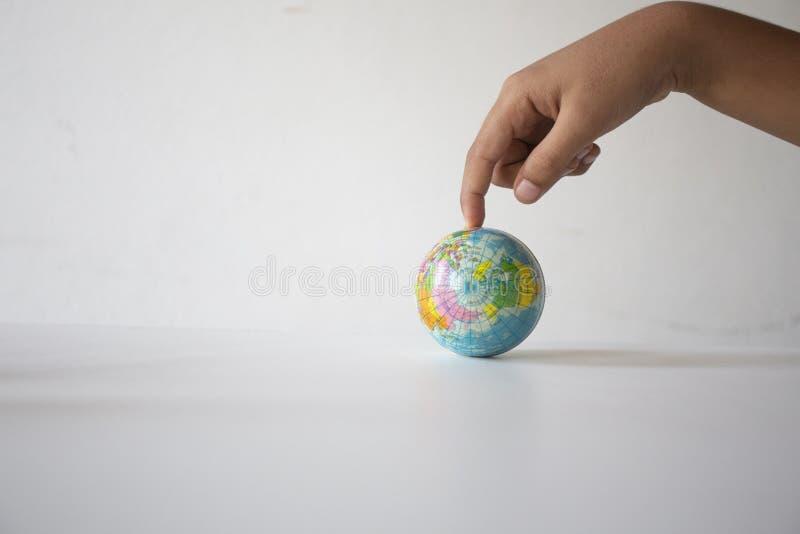 Lege handen die de wereld van het balsymbool, concept houden: de verantwoordelijkheid bewaart de aarde voor mens, Samenvatting: E stock foto