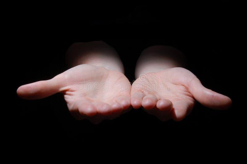 Lege handen op zwarte stock afbeelding