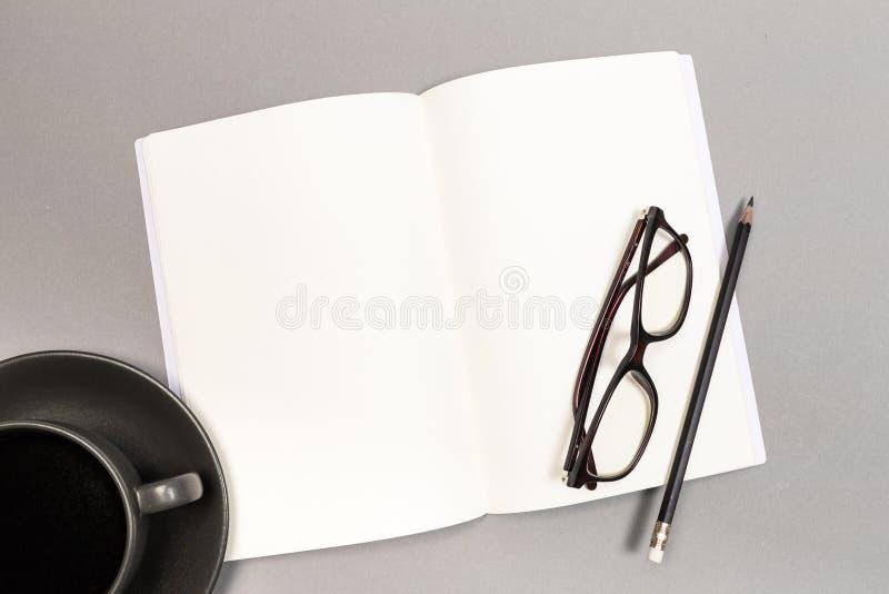 Lege Harde Dekking van Tijdschrift, Boek, Boekje, Brochure met het potlood van de koffiekop en glazen Spot op Malplaatje Klaar vo royalty-vrije stock foto's