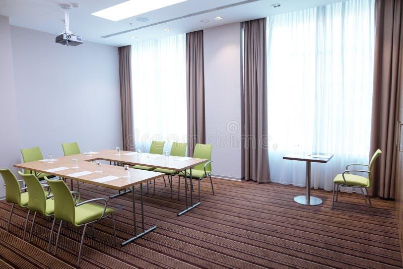 Lege heldere bureauruimte met modern meubilair royalty-vrije stock afbeeldingen