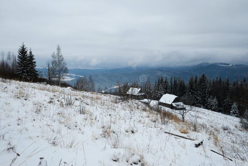 Lege herdershuizen in wintertijd met achtergrond van bewolkte donkere hemel royalty-vrije stock foto