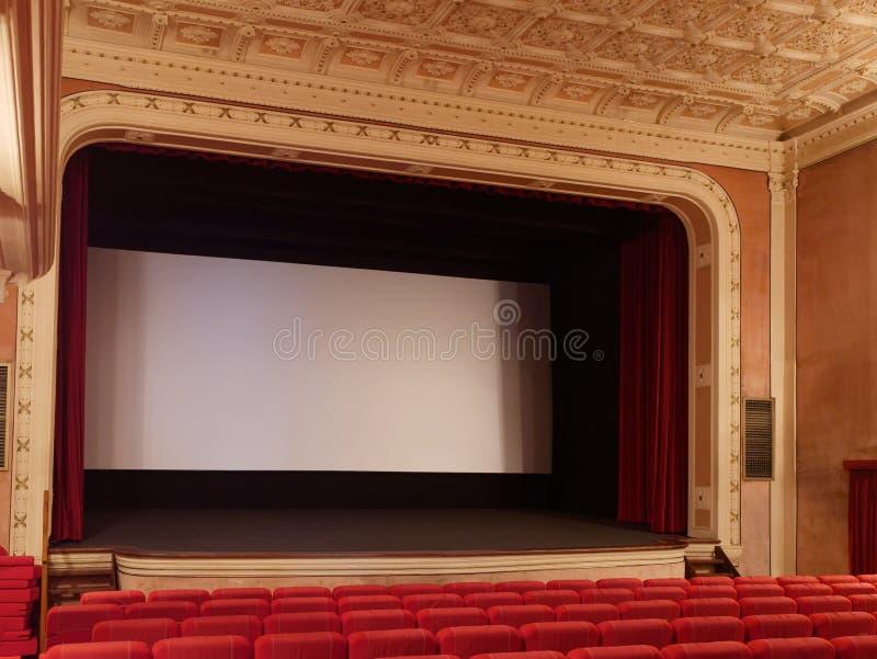 Lege het scherm lege rode stoelen van het bioskooptheater stock afbeelding
