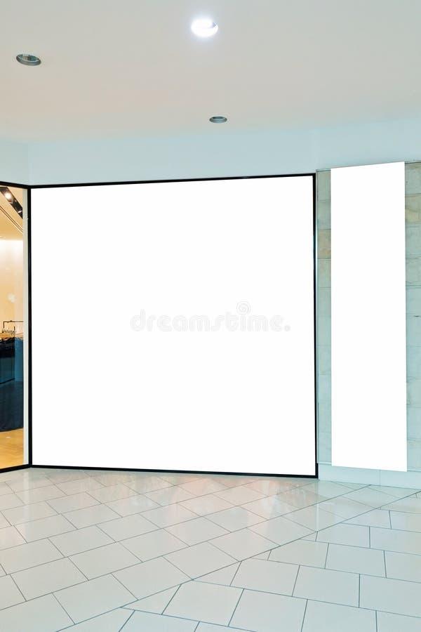 Lege het vensterspot van de opslagshowcase omhoog in winkelcomplex stock foto