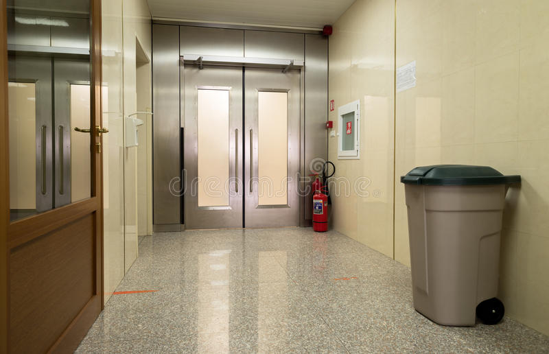 Lege het ziekenhuiszaal met metaaldeur stock foto