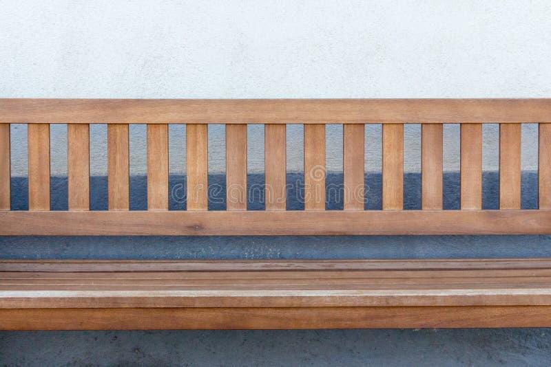 Lege houten banch tegen muur Openlucht Meubilair Ontspan en rust concept royalty-vrije stock foto