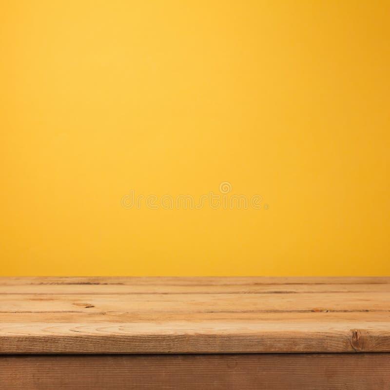 Lege houten deklijst over geel behang stock foto's