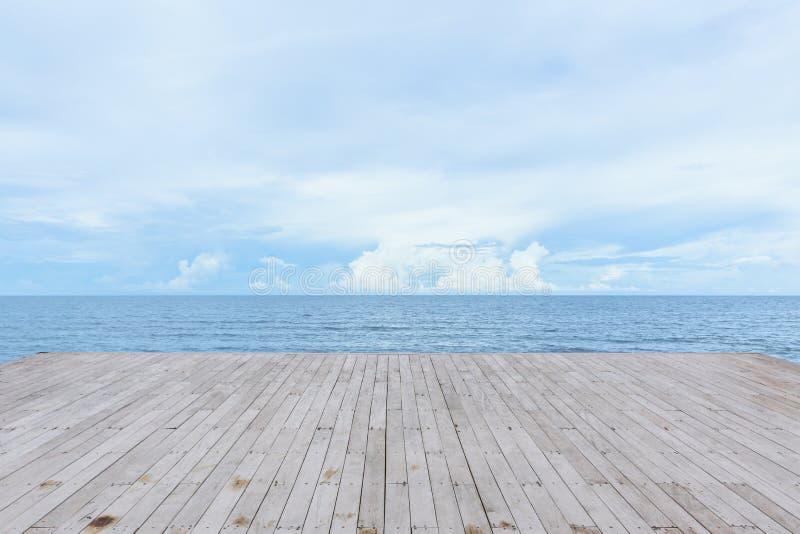 Lege houten dekpijler met overzeese oceaanmening stock afbeelding