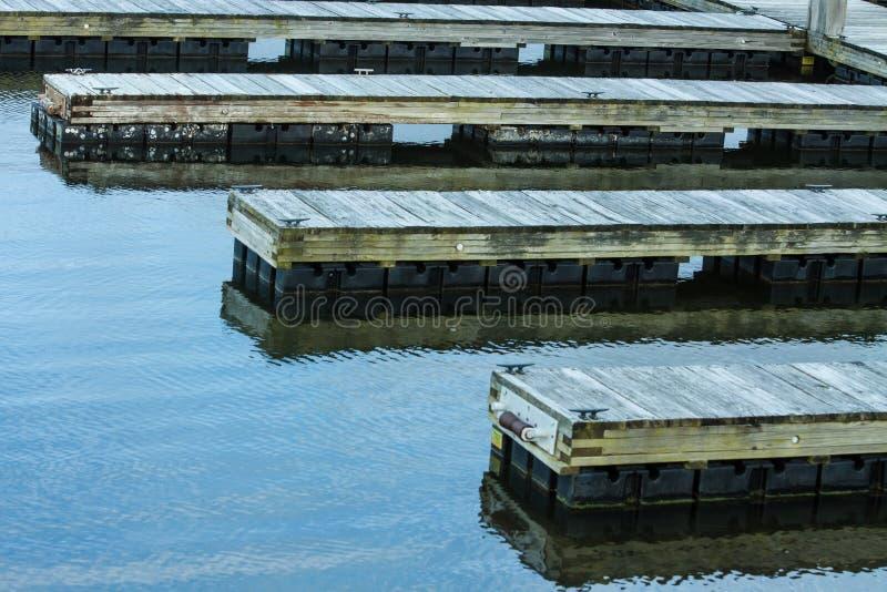 Lege Houten Dokken die op Boten wachten stock fotografie