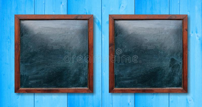 Lege houten kaders op de muur Borden binnen en lichtblauwe achtergrond, ruimte voor tekst stock foto