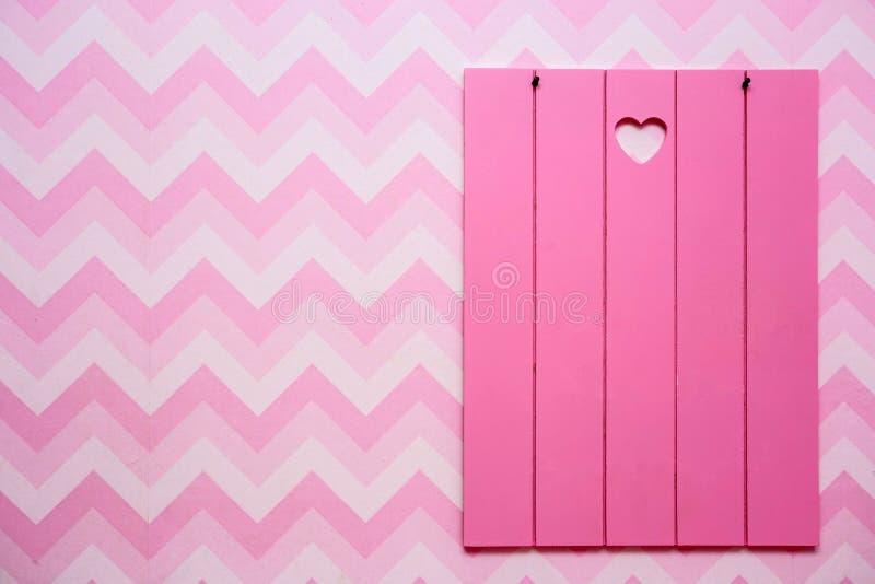 Lege houten kaders op roze gestreepte muur, lege ruimte voor tekst, roze en purpere retro ontwerp royalty-vrije stock foto's