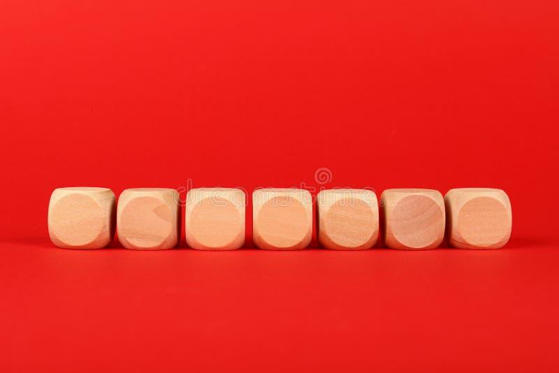 Lege houten kubustekens over rode achtergrond stock foto's