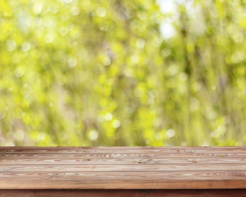 Lege houten lijst aangaande de lente vage achtergrond royalty-vrije stock foto
