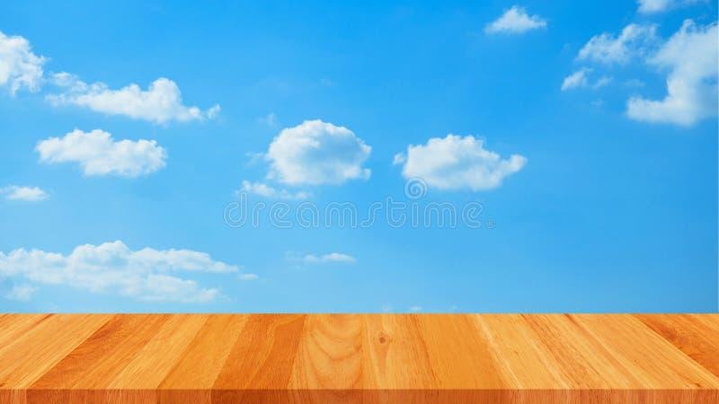 Lege houten lijst en blauwe hemelwolk royalty-vrije stock afbeeldingen