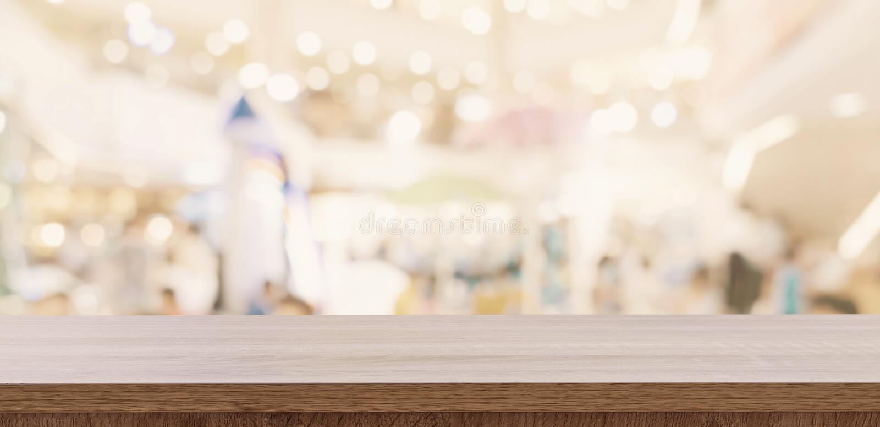 Lege houten lijst en vage lichte lijst in winkelcomplex met bokehachtergrond het malplaatje van de productvertoning stock foto