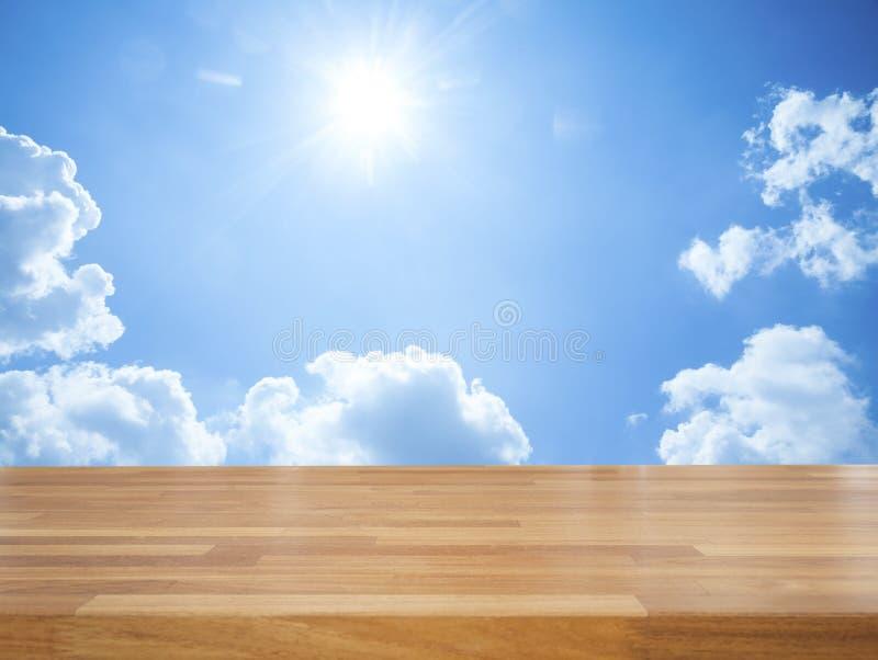 Lege houten lijst met blauwe hemel en wolk stock foto's