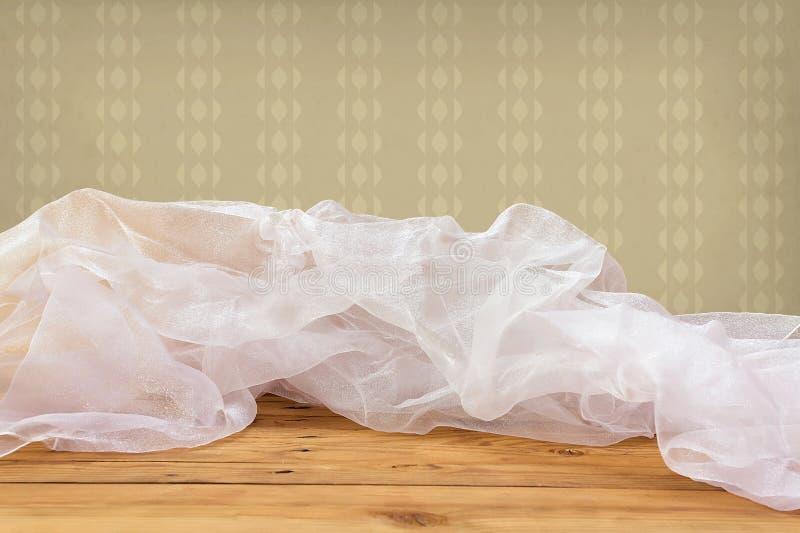 Lege houten lijst met een tafelkleed over uitstekend behang stock afbeelding