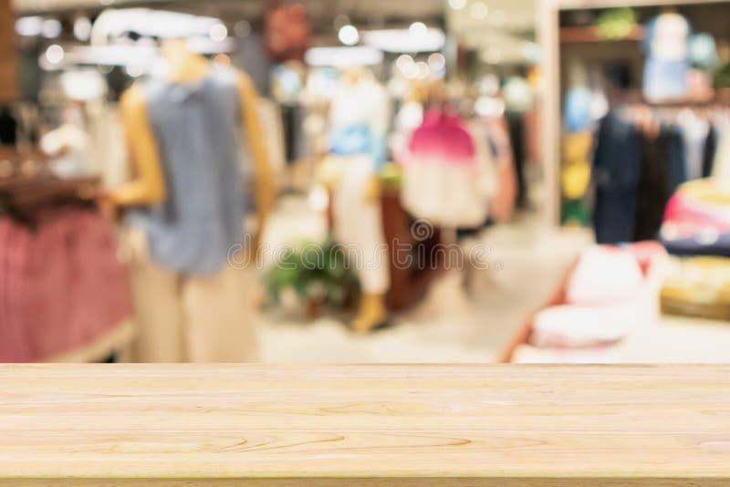 Lege houten lijst met het venstervertoning van de kledingsopslag in winkelcomplex stock afbeeldingen