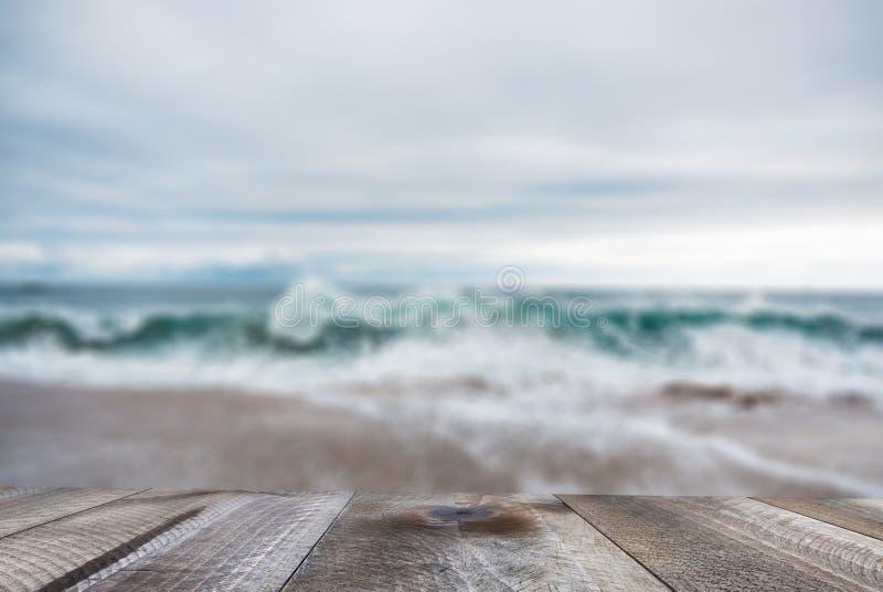 Lege houten lijst met mooie oceaan en blauwe hemel stock fotografie