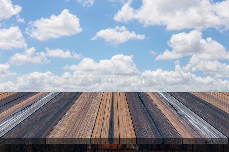 Lege houten lijst of plank met blauwe hemel en wolkenachtergrond stock afbeelding