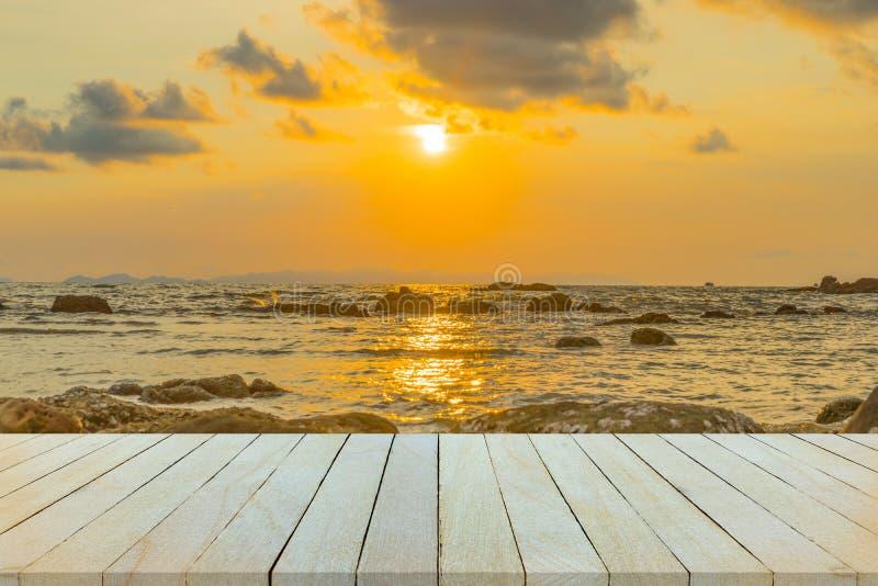 Lege houten lijst of plankenmuur met zonsondergang of zonsopgang op zand royalty-vrije stock afbeeldingen