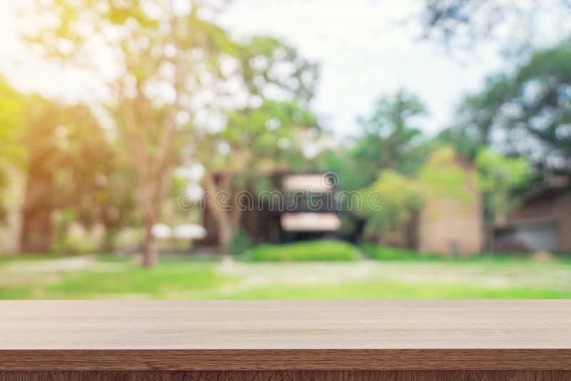 Lege houten lijstbovenkant en de groene montering van de bokehvertoning voor produ stock foto