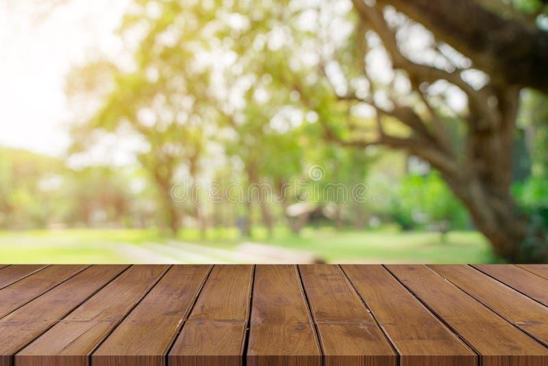 Lege houten lijstbovenkant en de groene montering van de bokehvertoning voor produ royalty-vrije stock foto
