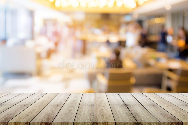 Lege houten lijstbovenkant met de achtergrond van het restaurantonduidelijke beeld bokeh royalty-vrije stock afbeeldingen