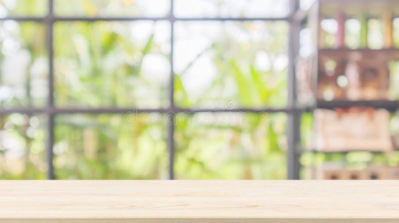 Lege houten lijstbovenkant met de winkel van de onduidelijk beeldkoffie of de achtergrond van het koffierestaurant met bokehlicht royalty-vrije stock fotografie