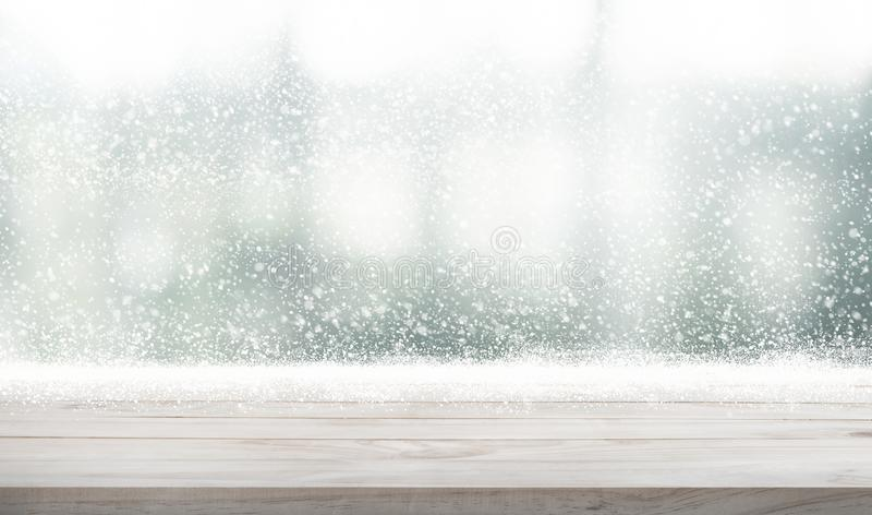 Lege houten lijstbovenkant met sneeuwval van wintertijdachtergrond F royalty-vrije stock foto's