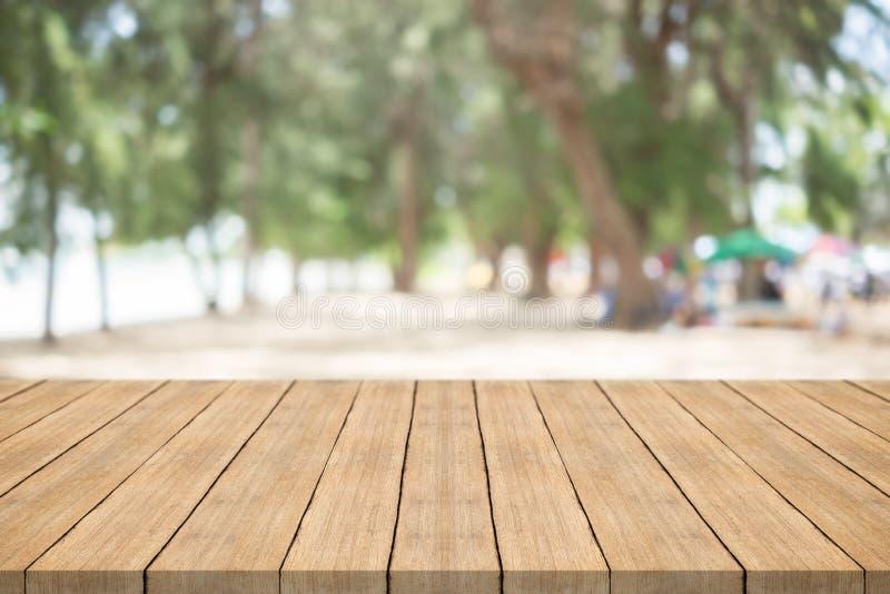 Lege houten lijstbovenkant op aard groene vage achtergrond in garde royalty-vrije stock foto's