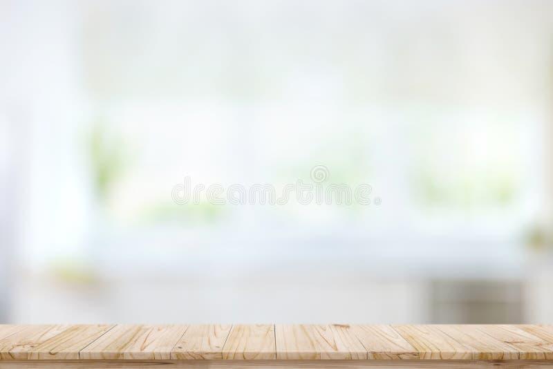 Lege houten lijstbovenkant op het vensterachtergrond van de onduidelijk beeldkeuken royalty-vrije stock foto's